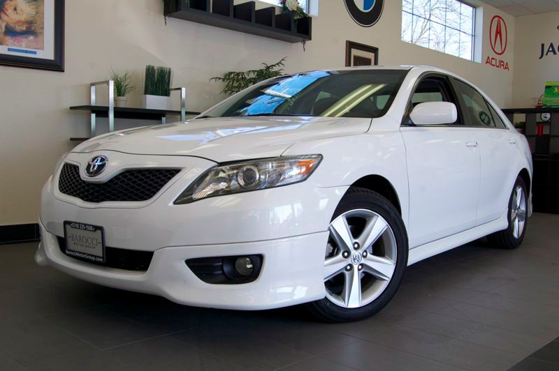 2011 Toyota Camry SE Sedan 4D Automatic White Black This is a very nice choice for any commuter