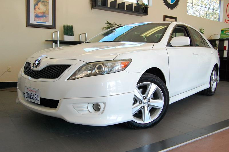 2011 Toyota Camry SE 4dr Sedan 6 Speed Auto White Gray This is a beautiful car in superb conditi